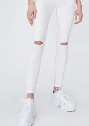 Blugi skinny albi cu tăieturi în genunchi