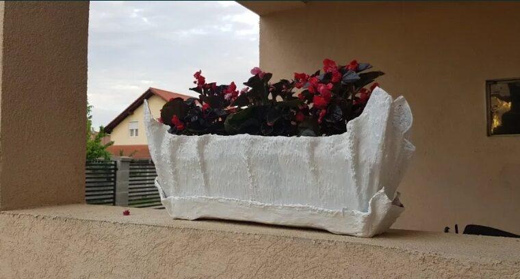 Ghiveci pentru flori făcut manual din ciment
