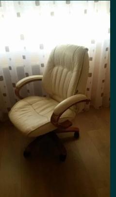 Scaun de birou din piele crem constructia din lemn masiv